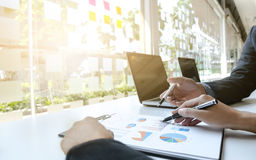 Zwei Unternehmensleiter, die Verkaufsergebnis besprechen Stockfotografie