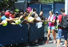 Zwei unterzeichnende Autogramme Zeiten Grand Slam-Meister Victoria Azarenkas nach Praxis für US Open 2013 Stockfotos