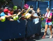 Zwei unterzeichnende Autogramme Zeiten Grand Slam-Meister Victoria Azarenkas nach Praxis für US Open 2013 Lizenzfreies Stockfoto