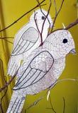 Zwei Vögel Weiß schnitt Papier mit Blumen auf schwarzem Hintergrund Stockbild