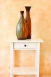 Zwei Vasen gegen Terrakottawand Lizenzfreie Stockfotos
