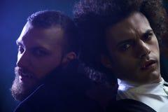 Zwei verärgerte Vampire, die hoffnungsloses hungriges der Kamera schauen Stockfoto
