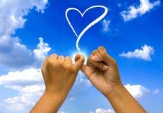 Zwei verbanden Hände auf Himmel. lizenzfreie stockfotografie