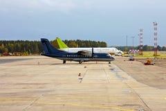 Zwei Verkehrsflugzeuge auf Flugplatz Stockbilder