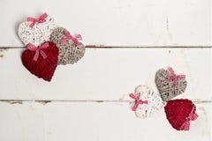 Zwei verklemmte Innere Abbildung der roten Lilie Herzen auf alter weißer hölzerner Rückseite Stockbild