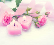 Zwei verklemmte Innere Geformte Kerzen und Rosen des rosa Herzens Stockbilder