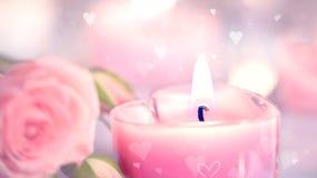 Zwei verklemmte Innere Geformte Kerzen und Rosen des rosa Herzens Stockfotografie
