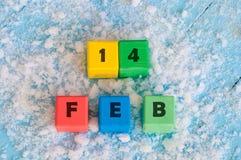 Zwei verklemmte Innere Kalendertag an den Farbhölzernen Würfeln mit markiertem Datum von 14 von Februar Lizenzfreies Stockfoto