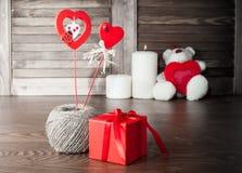 Zwei verklemmte Innere zwei Geschenke in einem roten Kasten und zwei Herzen Stockfotos