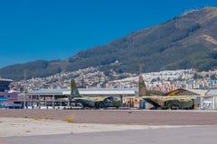 Zwei verlassene Flugzeuge, dieser Raum verwendeten, um ein Flughafen zu sein Hinter einer schönen Aussicht der Stadt und des Berg Lizenzfreie Stockfotografie