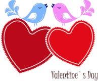 Zwei verliebte Piepmätze auf roten Herzen Stockbild
