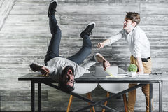 Zwei verrückte Geschäftsmänner, die Erfolg feiern stockbild