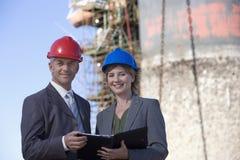Zwei Versandingenieure, die Kenntnisse nehmen Stockfotos