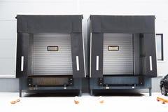 Zwei Versandtore für LKWs stockbilder