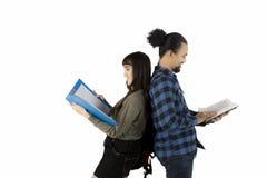 Zwei Verschiedenartigkeitsstudenten, die zusammen studieren Stockbild