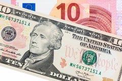 Zwei verschiedene Banknoten auf weißem Hintergrund Stockfoto