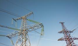 Zwei verschiedene elektrische Kontrolltürme Stockfoto