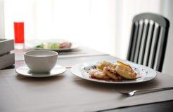 Zwei verschiedene Frühstücke werden in den restornae gedient Käsekuchen und Eier mit Würsten Lizenzfreies Stockbild