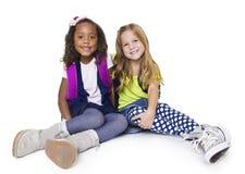 Zwei verschiedene kleine Schulkinder lokalisiert auf whi Lizenzfreies Stockfoto