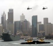 Zwei Versuchsschiffe und zwei Hubschrauber sind ' dancing' bei Kreis-Quay Stockbilder
