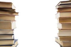 Zwei vertikale Stapel Bücher auf einem weißen Hintergrund Lizenzfreie Stockbilder
