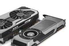 Zwei Videografikkarten mit starkem GPU lokalisiert auf weißem BAC stockfoto