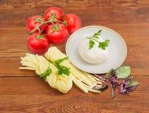 Zwei Vielzahl des Mozzarellakäses mit Tomaten, Petersilie und Ba Stockfotos