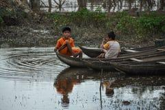 Zwei vietnamesische Jungen in einem Boot lizenzfreies stockfoto