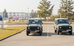 Zwei vigipirate parkte Militär-Land Rover-Jeep im Entzheim A Stockbilder