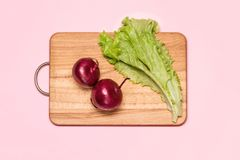 Zwei Violet Onion Near Fresh Green Kopfsalat Stockfoto