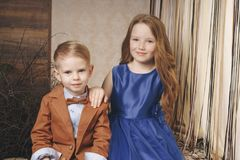 Zwei Vorschulkinder Junge und Mädchen sitzen zusammen am im Freien in der Stadt in der Beziehung lizenzfreies stockfoto