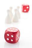 Zwei Würfel und Spielstücke lizenzfreie stockfotografie