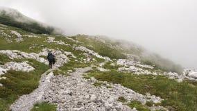 Zwei Wanderer, die auf den Gebirgspfad gehen Lizenzfreies Stockbild
