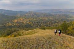 Zwei Wanderer, die entlang die Kante reisen Stockfotos