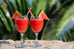 Zwei Wassermelone Smoothie an den Sommerferien durch das Meer Lizenzfreie Stockbilder