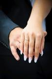 Zwei wedding Hände. Zärtlichkeitsleute. Braut und Bräutigam Lizenzfreies Stockfoto