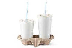 Zwei wegwerfbare Cup für Getränke in der Halterung Lizenzfreie Stockbilder
