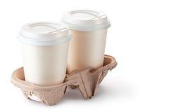 Zwei wegwerfbare Kaffeetassen in der Papphalterung Stockfotografie