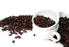 Zwei Weiß-Cup und viel Kaffeebohne Stockfoto