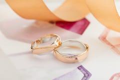 Zwei weiß und rosafarbene Goldeheringe auf Pastellhintergrund Lizenzfreies Stockfoto