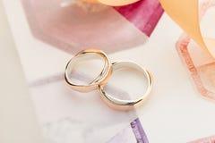 Zwei weiß und rosafarbene Goldeheringe auf Pastellhintergrund Stockbild