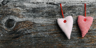 Zwei weiß und rote materielle Herzen auf einem dunklen hölzernen Hintergrund Stockfoto