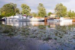 Zwei weiße alte Boote auf dem Fluss Sosch-Golf, Gomel-Stadt, Weißrussland, Stockfotos
