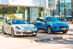 Zwei weiße blaue Autos Porsche Russland, St Petersburg 12. Juli 2018 Stockfotos