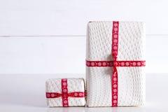 Zwei weiße Geschenkboxen mit Tupfen Lizenzfreies Stockfoto