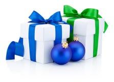Zwei weiße Geschenkboxen und Weihnachtsflitter lokalisiert auf weißem BAC Stockfotos