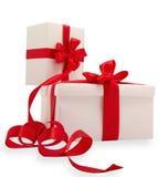 Zwei weiße Geschenke mit roten Farbbändern Lizenzfreies Stockbild