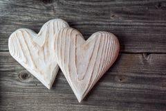 Zwei weiße hölzerne Herzen auf grauem Hintergrund, Valentinsgrüßen oder Hochzeitstaghintergrundliebesherzen Lizenzfreies Stockbild