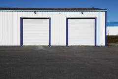 Zwei weiße industrielle Garage-Türen Lizenzfreies Stockfoto
