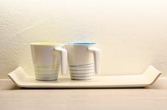 Zwei weiße Kaffeetasse im Raum Lizenzfreies Stockfoto